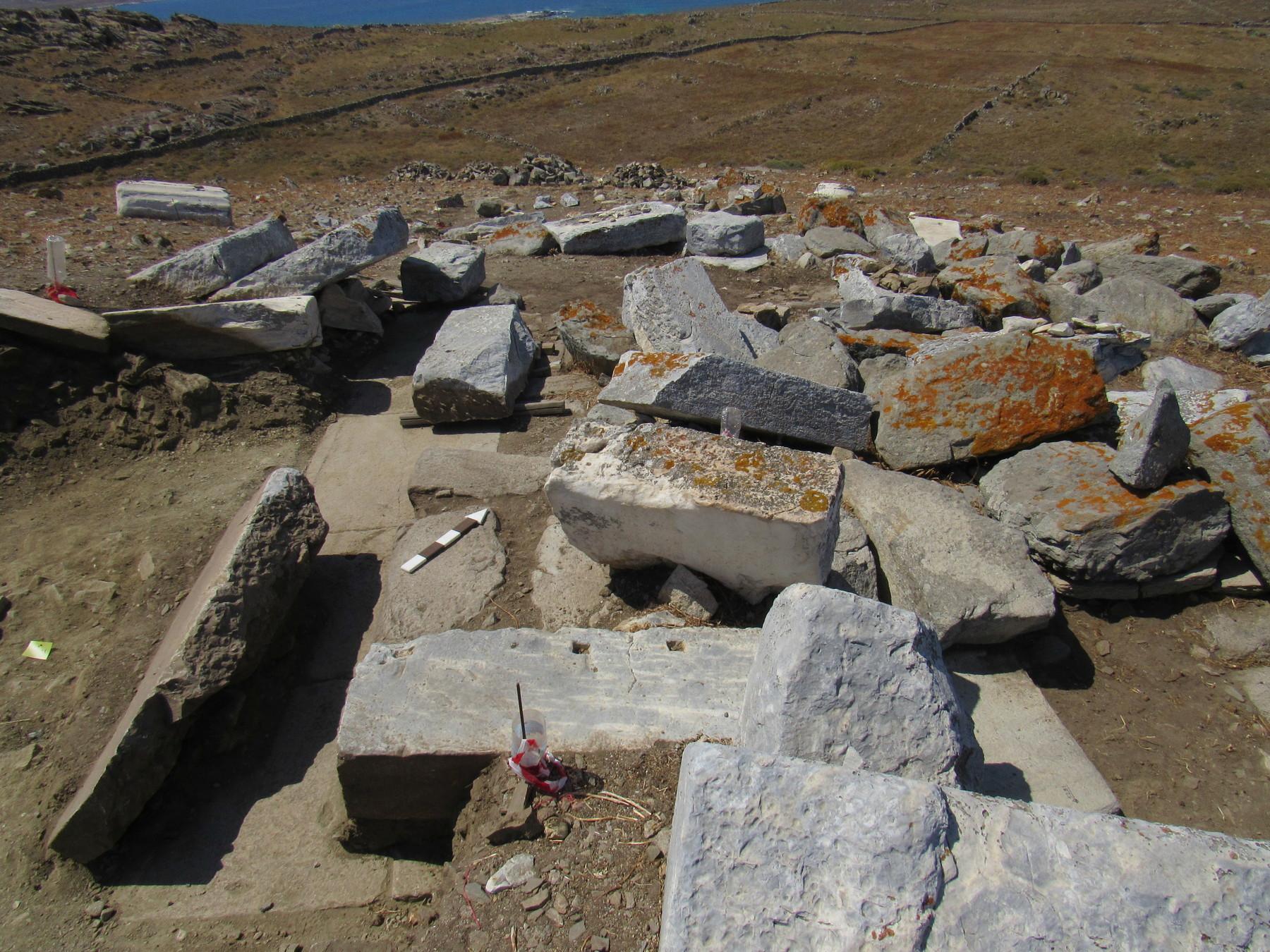 Θεμέλιο και αρχιτεκτονικά μέλη κατασκευής, πιθανώς μνημειακού βωμού, στην θέση Χωμασοβούνι