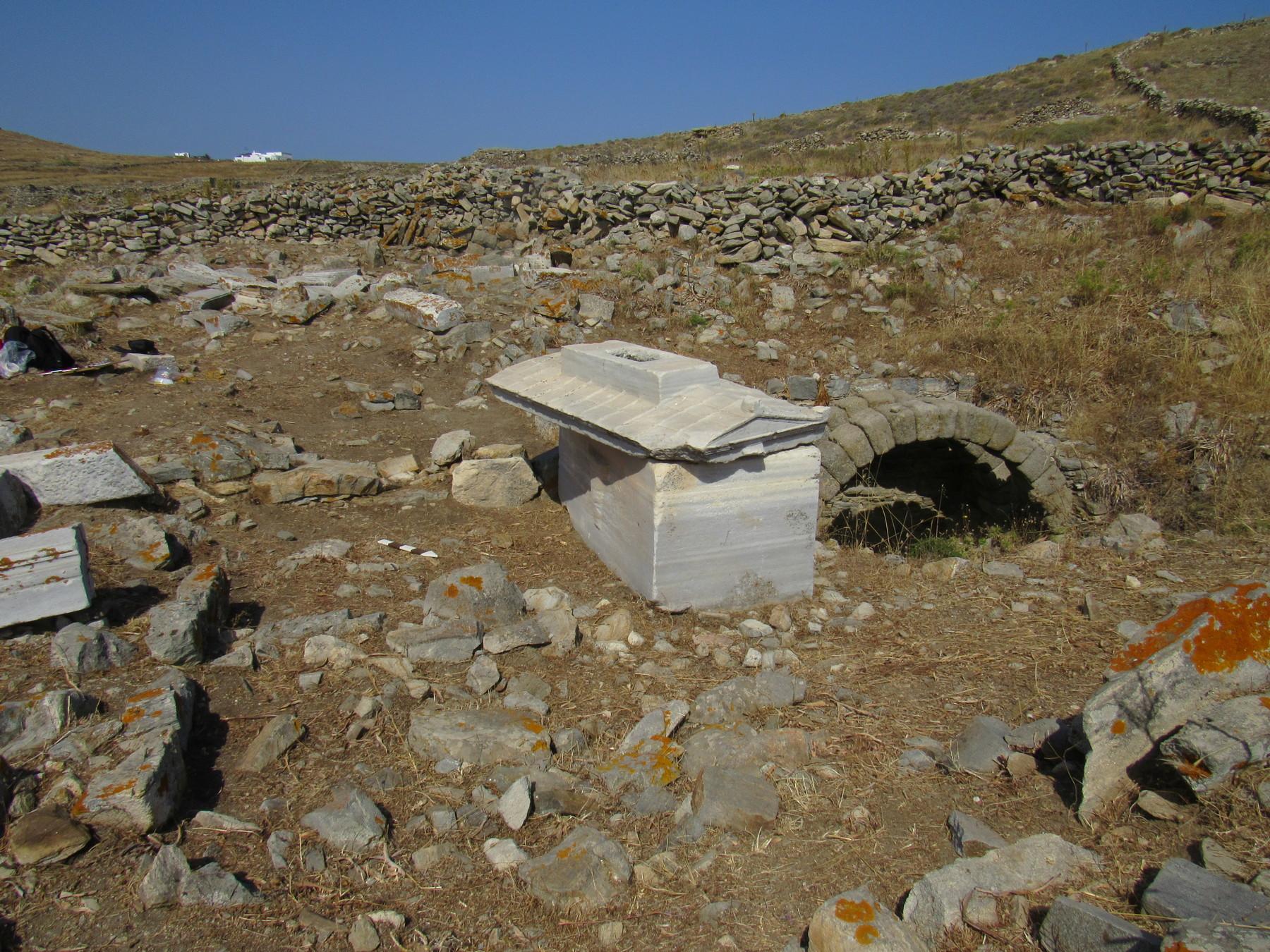 Ταφικός περίβολος με τη σαρκοφάγο της Ρωμαίας Τερτίας Ωραρίας Τρυφέρας και δεξαμενή για τις ταφικές τελετουργίες