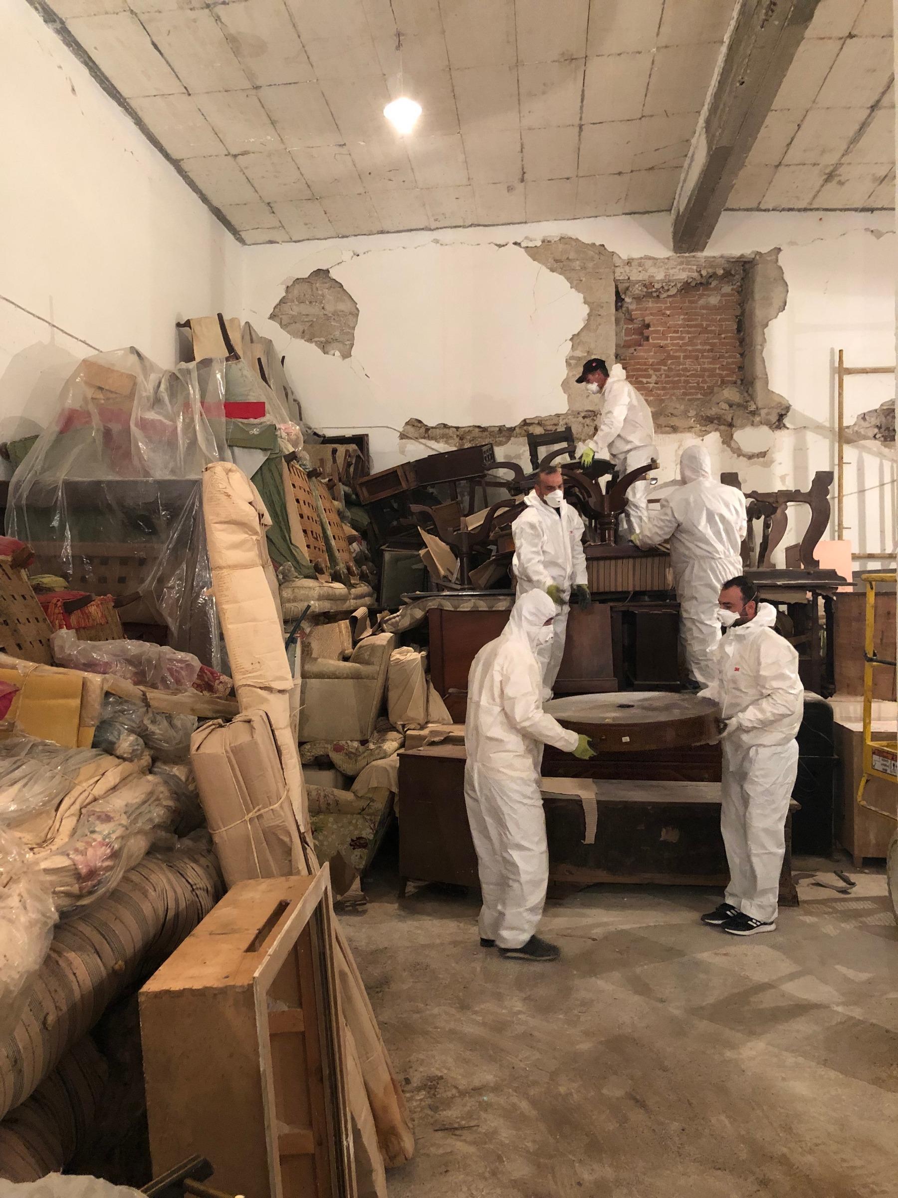 Εργασίες εκκένωσης του στάβλου