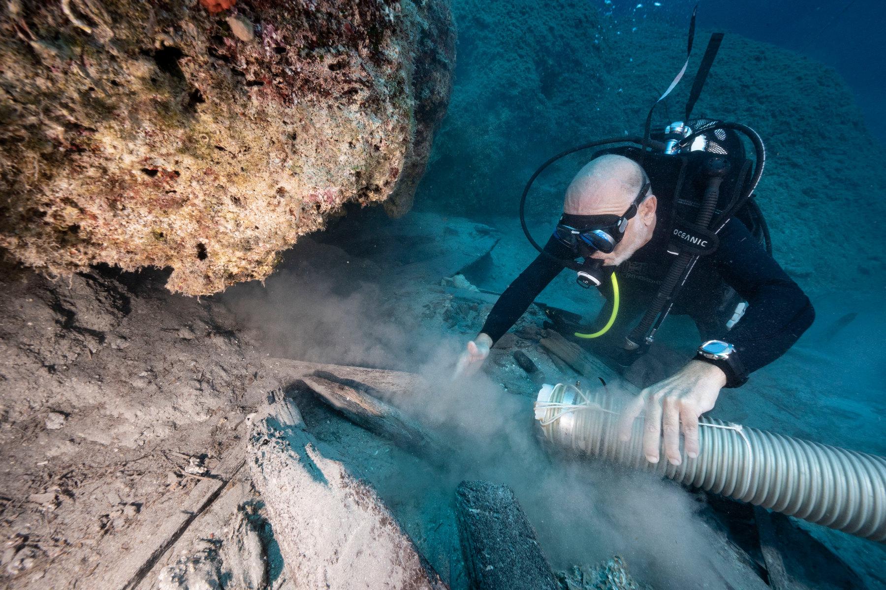 4 Ανασκαφή στο χώρο της Τομής 2020, όπου φαίνονται νομείς και άλλα ξύλα του πλοίου κάτω από τα βράχια