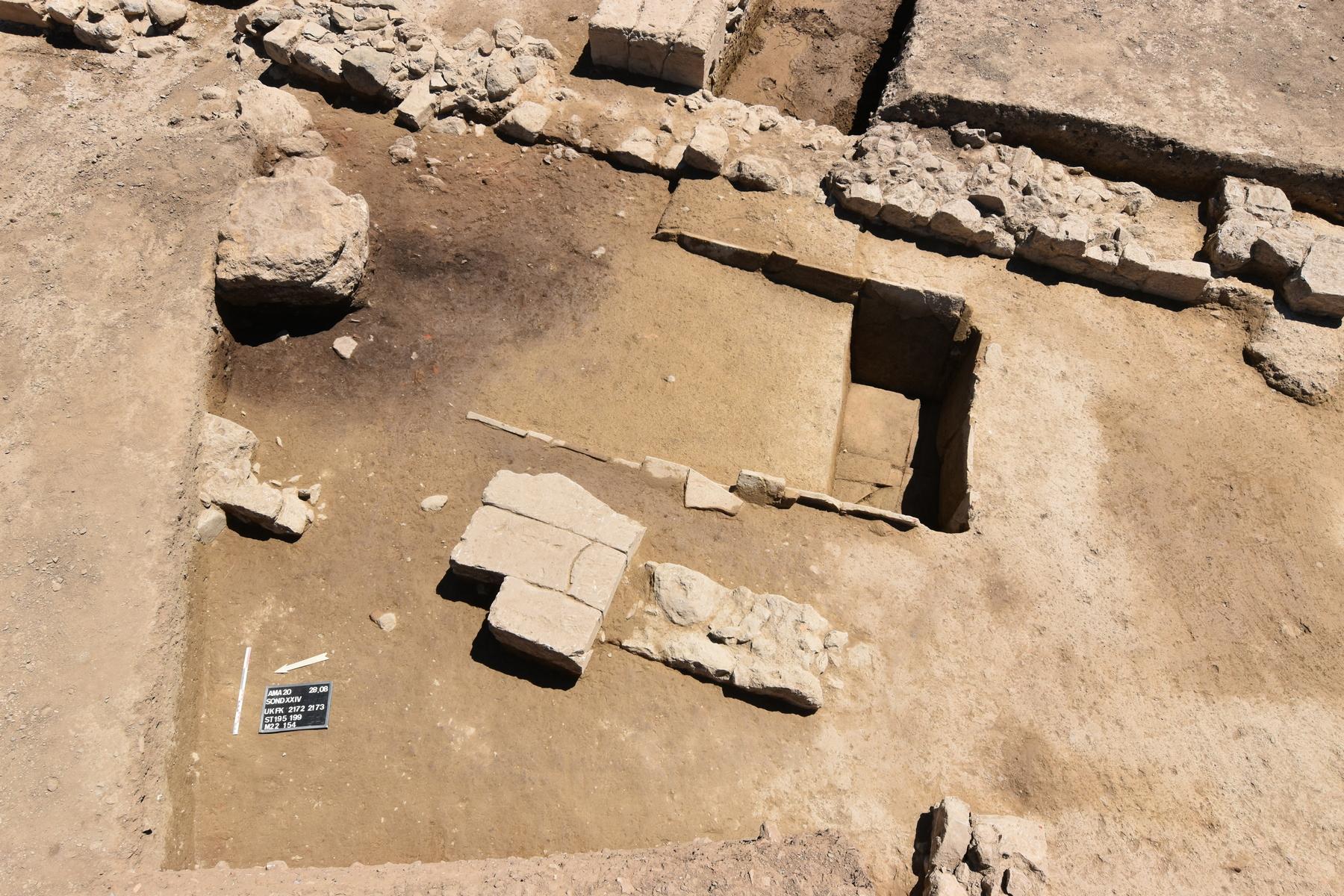 Λεκάνη κτιστή από κεραμίδες έξω από το κτίριο του 7ου αι. π.Χ.