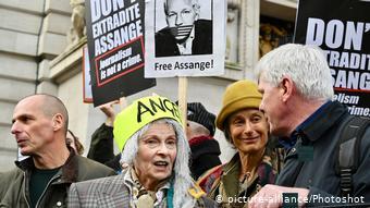 Διαδήλωση κατά της έκδοσης του Τζούλιαν Ασάνζ στο Λονδίνο - Μεταξύ των διαδηλωτών η σχεδιάστρια Βίβιεν Γουέστγουντ και ο Γιάνης Βαρουφάκης