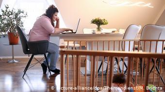 Εργασία από το σπίτι, πάντα μπροστά στον υπολογιστή.