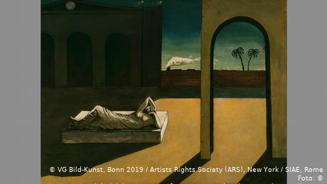 Σε αυτόν τον πίνακα ο καλλιτέχνης έβαλε την Αριάδνη του στη μέση ενός ερημικού μέρους. Από μια καμάρα βλέπει κανείς δύο φοίνικες. Ένα τρένο τρέχει. Οι εικόνες του Ντε Κίρικο είναι αινιγματικές. Ένα πράγμα είναι σίγουρο: ο καλλιτέχνης έζησε σε μια περίοδο αναταραχών. Ξέσπασε ο Πρώτος Παγκόσμιος Πόλεμος και ακολούθησε η ισπανική γρίπη. Ο Ντε Κίρικο αναζητούσε επίσης απαντήσεις σε αυτές τις κρίσεις.